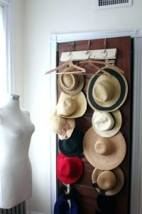 Awesome wall mounted hat rack #diyhatrack #hatrackideas #caprack #hanginghatrack