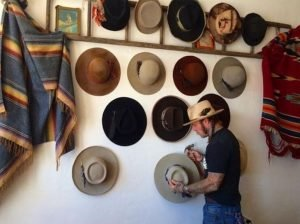 Uplifting cowboy hat rack ideas #diyhatrack #hatrackideas #caprack #hanginghatrack