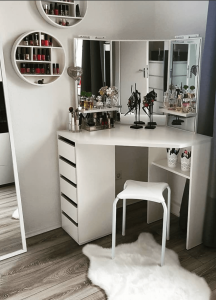 Unbeatable makeup vanity table with lighted mirror #makeuproomideas #makeupstorageideas #diymakeuporganizer